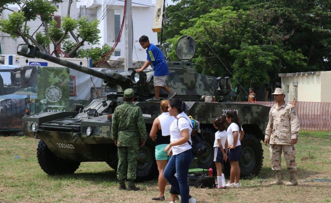 Niños jugando en tanques de exhibición de la expo